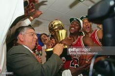 Fotografia de notícias : NBA Commissioner David Stern presents Michael...