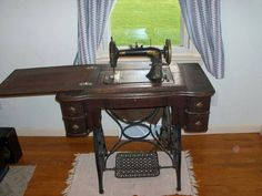 Máquina de costura dos velhos tempos.  http://www.portalanaroca.com.br/nossa-que-saudades-minha-mae-fazia-muitas-roupas-pra-nos/