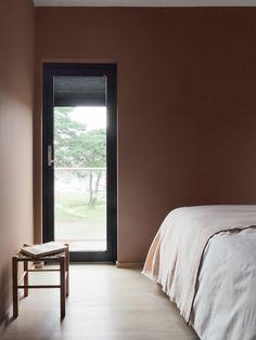 Modernisert familiehytte i vakre farger! Hovedsoverommet er malt i LADY 20046 Savanna Sunset, en gyllen rosa tone som setter sitt myke preg på interiøret. Det gir en lunhet det er godt å oppholde seg i. New Homes, Curtains, Paint, Bedroom, House, Furniture, Black, Home Decor, Blinds