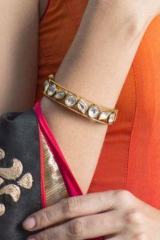 Bracelet with vilandi stone in gold finish