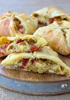 Green Chile Chicken Hand Pies - Spicy, cheesy, chicken filling in a puff pastry crust. A little help from the store and these come together in no time! Hand Pies, Chicken Appetizers, Chicken Recipes, Yummy Appetizers, Puff Pastry Chicken, Enchiladas, Wrap Sandwiches, Relleno, Mexican Food Recipes