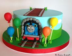 Primera tarta de Thomas y sus amigos para el 2 cumpleaños de Lucas. Las vías de la parte de arriba son para colocar un tren de juguete. #tarta #cake #tartathomasyamigos #tartathomas #thomascake #thomas&friendscake #thomasandfriendscake #thomasandfriends #thomasysusamigos #fondant #hechoamano #handmade #tren #train #tartatren #traincake #birthdaycake