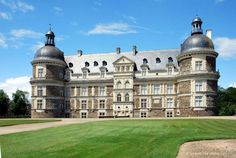 Situé à une quinzaine de kilomètres à l'ouest d'Angers en Pays de Loire, le Château de Serrant est un édifice emblématique de l'architecture Renaissance. Bontourism®, Tout l'Art du Voyage