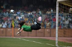 He's without a doubt the craziest goalkeeper in the history of football! René Higuita was a Colombian goalkeeper, and between his crazy outfits, his insane f. Soccer Goalie, Football Players, Soccer Ball, Football Pitch, Sport Football, Retro Football, Soccer World, World Football, Soccer Pictures