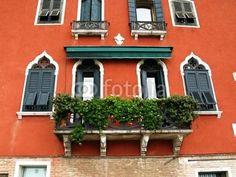 Balcon de pierre sur vieille façade ocre, Venise, Italie.