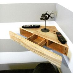 Cheap and Easy DIY Wooden Pallet Corner Shelf Design Ideas For Your Home Interior Pallet Desk, Pallet Wood, Floating Corner Shelves, Corner Wall Shelves, Glass Shelves, Closet Shelves, Corner Desk, Diy Wooden Projects, Wooden Diy