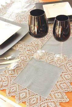 Toalha de mesa cinza com entremeio