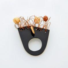 ANELLO PLEXIGLASS NERO. Realizzato in plexiglass, filo metallico e perline in legno. Questo anello fa parte della collezione Eco_lab. Created By Giorgia Palombi.Photo by Monica DEssi