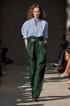 Salvatore Ferragamo Spring 2020 Ready-to-Wear Fashion Show - Vogue Fashion Mode, Fast Fashion, Fashion 2020, Look Fashion, Runway Fashion, Fashion Outfits, Fashion Design, Fashion Trends, Milan Fashion