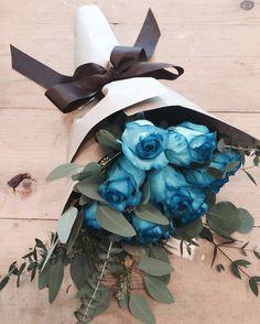 the blues , to chase away the monday blues.   double tap if you felt less !! #florist #singapore #igsg #sgig #floralarrangement #floraljam #thomsonroad #marcheauxfleur #fleursg #bouqslove #singaporeflorists  #rosessg #blueroses #eucalyptusbouquet @marcheauxfleur  Whatsapp: +6598340200 www.marcheauxfleur.com marcheauxfleur@gmail.com