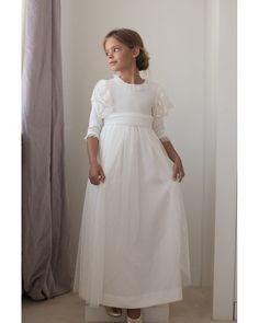 Vestido de comunion puntilla tul en el hombro Blush Flower Girl Dresses, Little Girl Dresses, Special Dresses, Formal Dresses, Baptism Dress, Birthday Dresses, Kids Fashion, Fashion Design, Modest Fashion