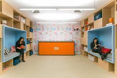 Modern Office Design For Xiaomi In Brazil By são paulo-based firm arkiz have completed recently. A double-height modern office design space Modern Office Design, Workplace Design, Office Interior Design, Office Interiors, Cama Box, Cool Office Space, Office Spaces, Library Shelves, Nova