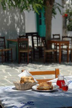 Moussaka, brood en wijn in een taverna in Griekenland. / Moussaka and Wine Meal at Taverna