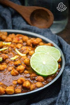 Amritsari Chole is an authentic Punjabi style chickpea curry that would surely bring a flavor of Amritsar streets right into your home. Vegetarian Dinners, Vegetarian Recipes, Cooking Recipes, Cooking Food, Healthy Recipes, Chana Recipe, Masala Recipe, Pakora Recipes, Vegetable Recipes