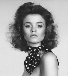 Vejam que legal este editorial de beleza da revista The Gentlewoman: seis maneiras diferentes de passar blush, cada uma resultando em um efeito diferente. O 'mestre' aqui é Peter Philips, da Chanel, e a modelo é a versátil Abbey Lee (que eu adoro!).