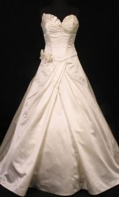 Sample Vera Wang Wedding Dress Size 2  | Get a designer gown for (much!) less on PreOwnedWeddingDresses.com