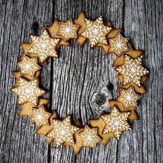 - Gingerbread Wreath -   Art with gingerbread, - just check this post of the norwegian blogger