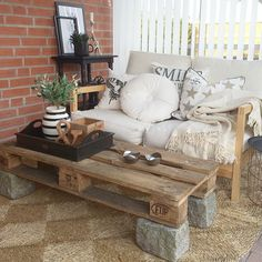 A lovely pallet table Lawn Furniture, Simple Furniture, Furniture Decor, Outdoor Furniture, Recycled Pallets, Wood Pallets, Knock On Wood, Diy Home Decor, Sweet Home