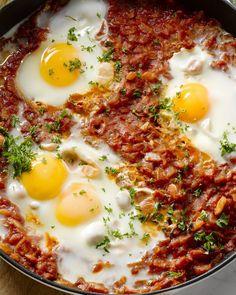 Shakshuka is een Tunesisch gerecht waarbij eieren gepocheerd worden in een pittige tomatensaus. Deze Midden-Oosterse favoriet wordt vaak als ontbijt gegeten