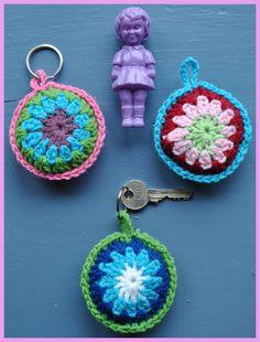 Crochet key chains-have to translate the language. Crochet Diy, Crochet Amigurumi, Easy Crochet Patterns, Love Crochet, Crochet Gifts, Crochet Flowers, Crochet Mignon, Confection Au Crochet, Crochet Keychain