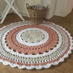 🎅🏻🤶🏻: arte em crochê - Salvabrani - image for youLearn how to create the Crochet Bead Stitch. The bead stitch is similar to a puff stitch but it is worked around a double crochet next to it instead. Crochet Doily Rug, Crochet Rug Patterns, Crochet Carpet, Crochet Designs, Knit Crochet, Crochet Home Decor, Crochet Crafts, Crochet Projects, Laine Drops