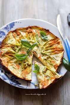 Frittata con fiori di zucca - Ricetta Frittata con fiori di zucca Ricotta, Quiche, Omelette, Antipasto, Dinner Menu, I Love Food, Vegetable Pizza, Great Recipes, Food And Drink