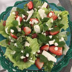 🍓Receita da salada refrescante! INGREDIENTES: 👉🏼Alface 👉🏼Rúcula 👉🏼Hortelã 👉🏼Ricota 👉🏼Uva 👉🏼Morangos 👉🏼Creme de leite MODO DE PREPARO: ❤️Fiz a montagem colocando primeiro o alface, rúcula, uva, morangos, hortelã, ricota e depois creme de leite! ❤️Fure a caixinha do creme de leite bem pequeno. Quanto menor, mais fino fica o creme de leite quando ele cair na salada! ❤️Tempere com azeite, sal e pimenta do reino! Essa salada é maravilhosa! E o tanto que é bonita?!😍 #donadecasa…