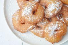 De lekkerste, sappigste appel beignets of appelflappen maak je eenvoudig zelf met appel, bloem en gist. Ze zijn op voordat ze afgekoeld zijn!