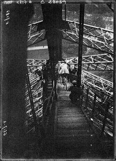 Pierre Labric descend à byciclette du 1er étage de la Tour Eiffell : [photographie de presse] / Agence Meurisse