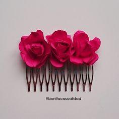 Accesorio para el pelo: Peineta plateada con capullitos de rosas en color rojo fresa.