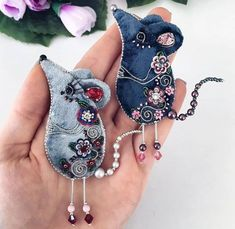1 million+ Stunning Free Images to Use Anywhere Jean Crafts, Denim Crafts, Beaded Embroidery, Hand Embroidery, Fabric Crafts, Sewing Crafts, Mouse Crafts, Fabric Brooch, Felt Decorations