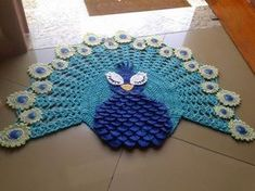 Tapete Pavão Crochet Home, Crochet Crafts, Crochet Doilies, Crochet Yarn, Crochet Projects, Crochet Symbols, Crochet Rug Patterns, Knit Rug, Crochet Decoration