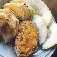 Oggi vi mostro una merenda super sana che adoro preparare quando ho voglia di qualcosa di sfizioso, che mi riempia prima di un allenamento oppure che mi faccia andare avanti fino all'ora ci cena. •Mela e cannella •Fetta biscottata con marmellata di arance •Limone con lo zucchero
