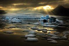 Fjallsárlón es una hermosa laguna glaciar ubicada en el sur de Islandia. Lo que más llama la atención de Fjallsárlón son los icebergs flotando a la deriva sobre la laguna y el poderoso glaciar a la espalda. Detrás también se puede contemplar el volcán Öræfajökull.
