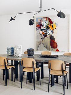 À partir d'une table en aluminium d'Ado Chale, l'architecte Olivier Dwek a tiré le fil de la couleur à travers cet appartement sur trois niveaux, complètement repensé comme une maison de ville.