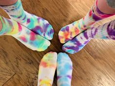 Mar 2020 - Looking for an easy art project to do with your kids? Tye dye socks are an of-the-moment activity that is fun for the entire family! Fête Tie Dye, Tie Dye Party, Tie Dye Kit, Bleach Tie Dye, Kids Tie Dye, Diy Tie Dye Shirts, Dye T Shirt, Diy Tie Dye Socks, Tie Dye Socken