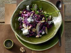 Rotkohl-Birnen-Salat mit Gorgonzola | Kalorien: 268 Kcal - Zeit: 30 Min. | http://eatsmarter.de/rezepte/rotkohl-birnen-salat