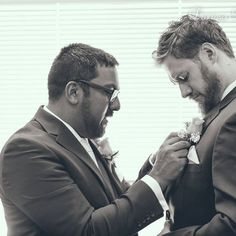 Helping hands #yxe #yxewedding #groomsmen #yxeweddingphotographer #fallwedding #weddingformal #newlyweds#weddingshoes #brideandgroom #nikon #portrait #일상 #웨딩스냅 #신랑신부 #cutewords