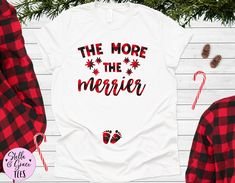 Christmas Pregnancy Announcement Shirt, The More The Merrier Shirt, Funny Xmas Baby Reveal, Pregnant Top, Winter Pregnancy Shirt Pregnancy Announcement Shirt, Pregnancy Shirts, Winter Pregnancy, Valentines Day Baby, Funny Xmas, Baby Feet, Couple Shirts, Fitness Fashion, Funny Shirts