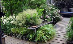 cooles Hinterhof Design mit verschiedenen Blumen