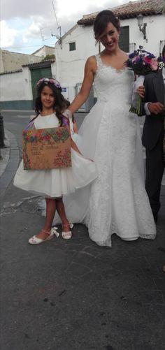 Los hijos de nuestras novias #innovias, anuncian la llegada de la novia con los carteles más simpáticos, como la hija de Elisabeth! Nos encantan los niños del cortejo con carteles anunciadores. #vestidosnovia #cortejonupcial #outletvestidosdenovia #cartelesbodas #noviasinnovias #innoviasmadrid High Low, Dresses, Fashion, Dream Wedding, Types Of Dresses, Bridesmaids, Vestidos, Moda, Fashion Styles