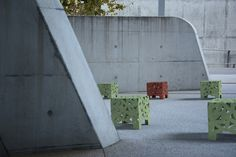 Whenever the surroundings provide no green spot, you can always chose to spice up the grey with green and colourful furniture. Create your own bushy atmosphere between tarmac and concrete with BIG BUX urban seats by miramondo. Street Furniture, Colorful Furniture, Spice Things Up, Concrete, Steel, Big, Urban, Create, Grey