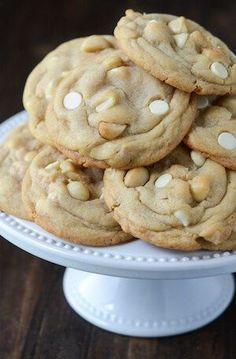 The Best White Chocolate Macadamia Nut Cookies Ever! You have a perfect cookie base, with hunks of salty macadamia nuts, mixed with super sweet bites of white chocolate! It's heaven in a cookie! Cookie Desserts, Just Desserts, Cookie Recipes, Dessert Recipes, Macadamia Nut Cookies, Chocolate Macadamia Nuts, Macadamia Nut Recipes, Best White Chocolate, White Chocolate Chip Cookies