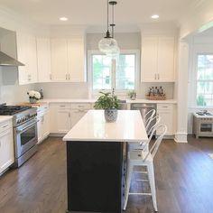 Ambiente aperto con cucina e sala da pranzo, tavolo di legno con ...