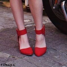 FRIDAY HEELS! A sexta-feira ganha um toque de cor com esse sapato lindo. Tiras no tornozelo: tendência forte! #shoesfirst #fashionshoes #shoeslovers  Ref. T0123