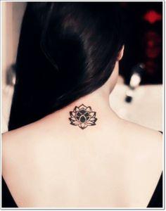 Sympa tatouage discret fleur de Lotus sur la nuque