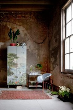 Antiqued wall - I love the feel this space evokes