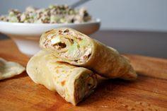 Placki kebabowe z sałatką z tuńczyka i selera naciowego...  Złociste i elastyczne placki pieczone na suchej patelni.  Kremowa sałatka z tuńc...