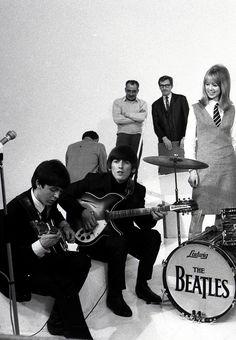 1964 - Paul McCartney, George Harrison and Pattie Boyd in A Hard Day's Night film (backstage photo). John Lennon Beatles, The Beatles, Beatles Photos, Ringo Starr, Paul Mccartney, Great Bands, Cool Bands, George Harrison Pattie Boyd, It's All Happening