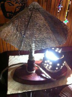 Lámpara de mesa elaborada con madera , coco, palma, mecate